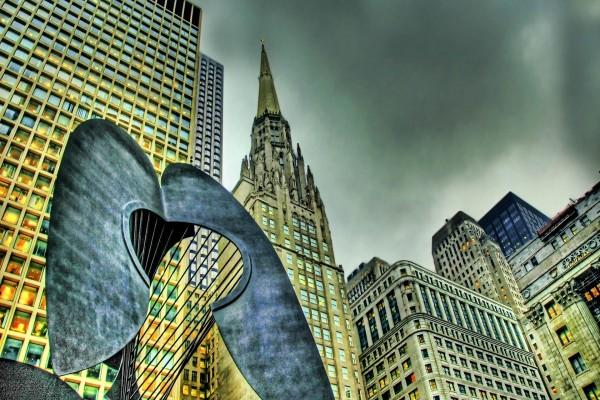Escultura y edificios en la ciudad