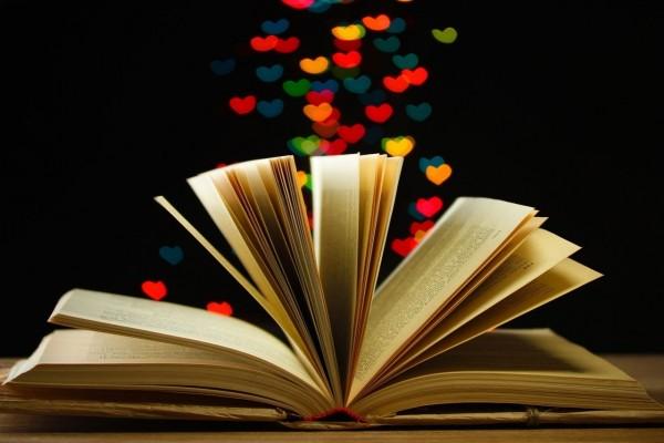 Corazones saliendo de un libro