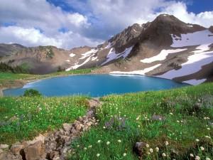 Postal: Precioso lago en la montaña