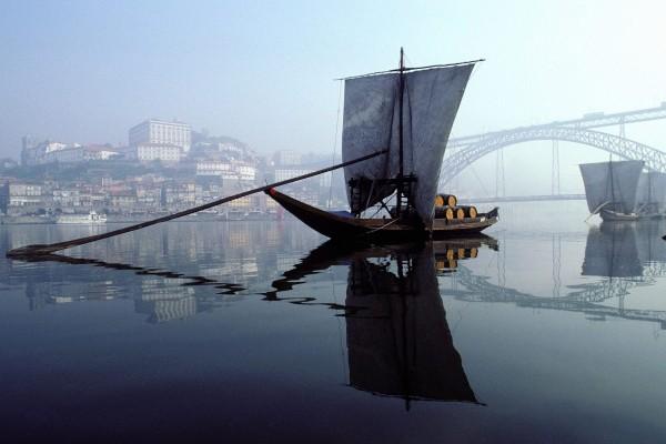Barco rabelo en el río Douro, Portugal