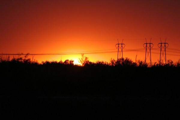 Tendido eléctrico y el sol al atardecer