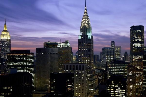 Edificio Chrysler y otros rascacielos al anochecer