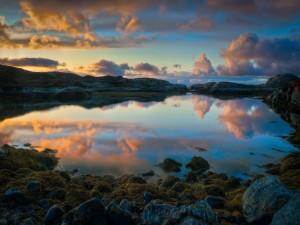 Las nubes y el cielo reflejados en el lago