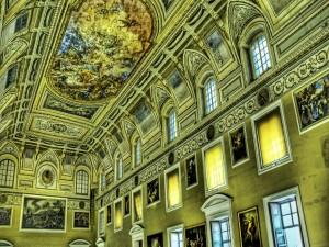 Frescos en el techo y cuadros en las paredes
