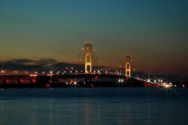 Puente con luces de Navidad