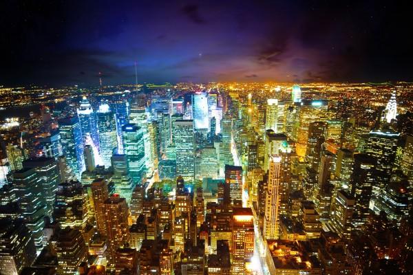 Estrellas y nubes en el cielo de la gran ciudad