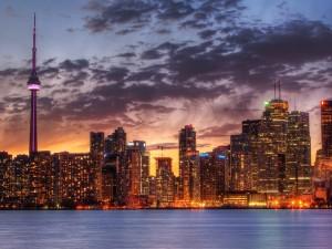 Postal: Vista nocturna de la Torre CN, Toronto