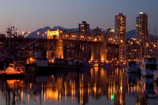 Barcos en el puerto iluminado