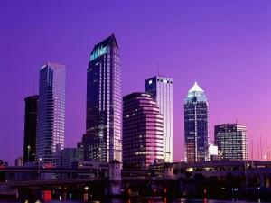 Postal: Cielo púrpura al anochecer en la ciudad