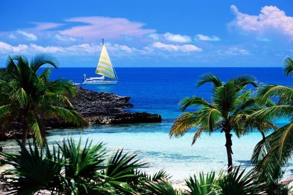 Un barco en el mar cerca de la costa