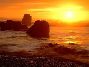Postal: El sol visto desde la orilla del mar