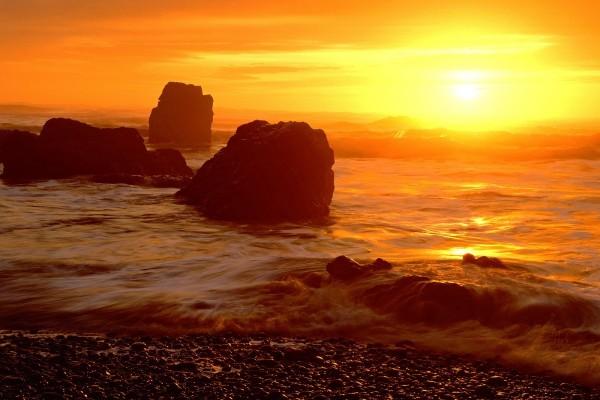 El sol visto desde la orilla del mar