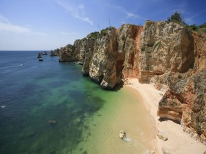 Postal: Pequeña playa en el acantilado
