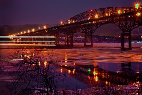 Agua helada bajo el puente