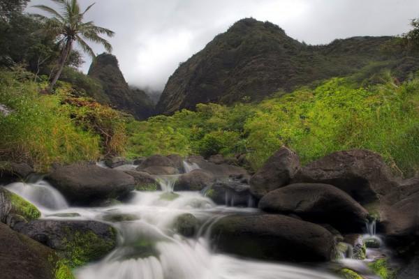 Piedras en el río con poco caudal
