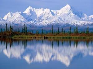 Hermoso paisaje con montañas nevadas