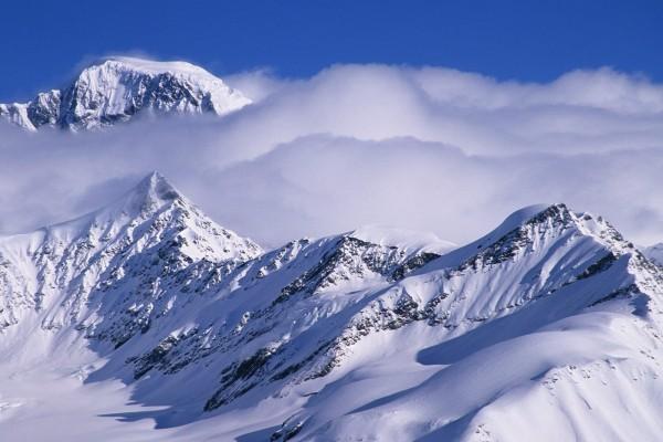 Nubes sobre las montañas nevadas