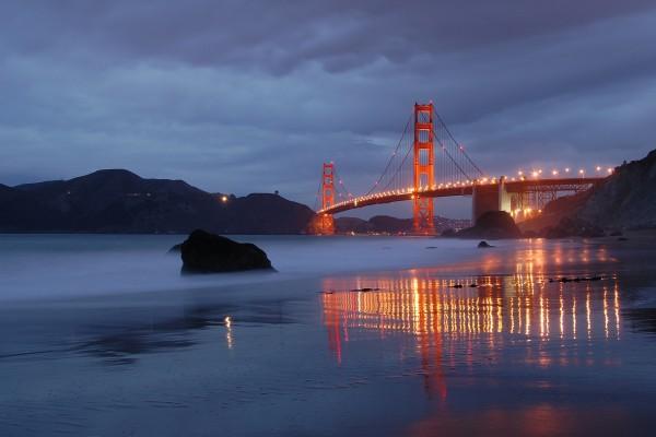 El puente Golden Gate iluminado al anochecer