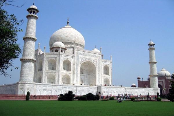 Gente visitando el Taj Mahal