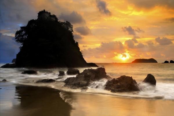 Viendo el atardecer en una bonita playa