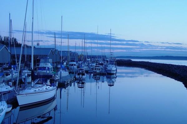Barcos en el puerto al caer la noche