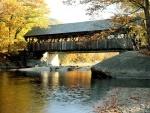 Puente cubierto sobre el río