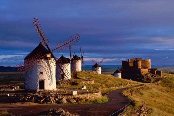 Molinos de viento y castillo en Consuegra, Toledo (España)