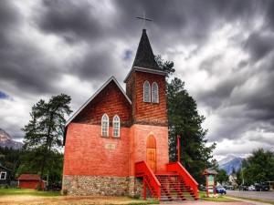 Iglesia con escaleras rojas a la entrada