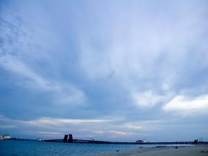 Postal: Cielo azul con nubes al llegar la noche