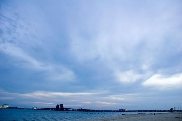 Cielo azul con nubes al llegar la noche