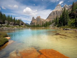 Lago poco profundo cerca de las montañas