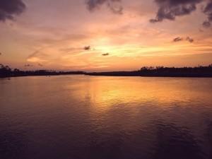 Bonito atardecer en el río