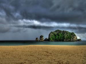 Mirando a la roca desde la playa