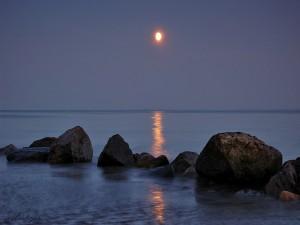 La brillante luz de la luna en el mar
