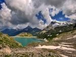 Grandes nubes sobre el lago y las montañas