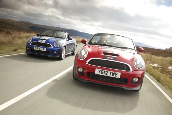 Dos Mini Cooper en la carretera