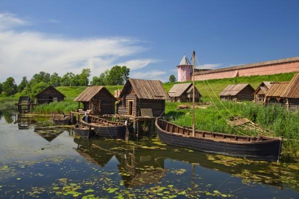 Barcas y casetas de madera en el río