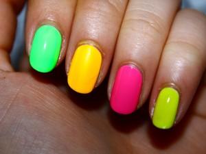 Postal: Uñas de colores