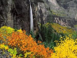Cascada vista en otoño