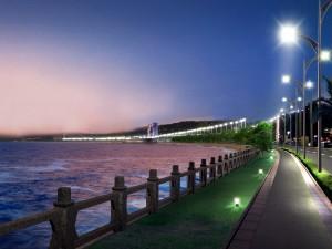 Paseo marítimo iluminado
