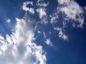 Postal: Cielo azul con algunas nubes blancas