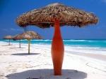 Sombrillas en una playa solitaria