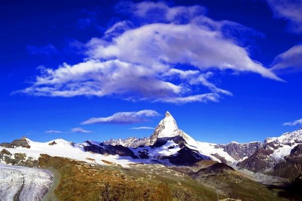 La sombra de las nubes en la montaña