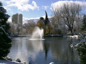 Fuente en el parque nevado
