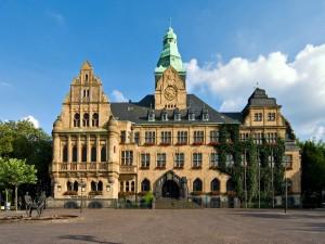 Edificio y estatua en el exterior