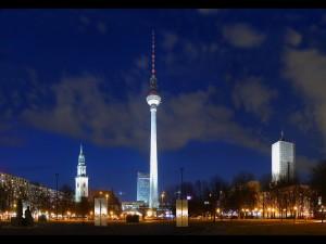 Postal: Vista nocturna del Fernsehturm Berlin, Berlín