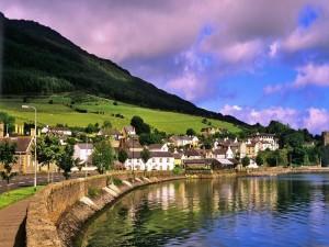 Postal: Casas entre el agua y la montaña