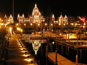 Postal: Edificios iluminados vistos desde el puerto