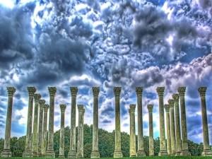Postal: Columnas de piedra bajo la tormenta