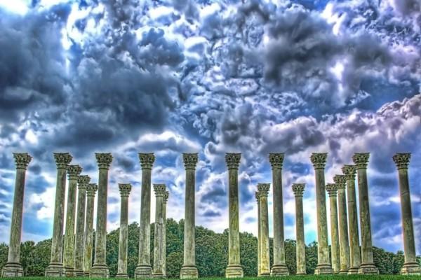 Columnas de piedra bajo la tormenta
